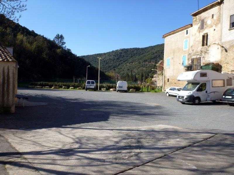 Saint-Nazaire de Ladarez parking